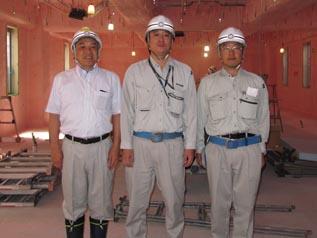 2階の納骨堂になる場所で 左から中山社長・松本所長・田辺さん