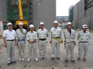左から新入社員の鈴木係員、十鳥次長、菊池係長、 佐藤係長、清水主任、戸川係員
