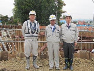 左から、竹内主任、向井工事次長、中山社長