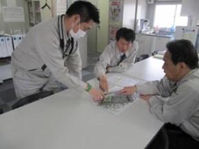 まずは事務所で担当工区を確認し、 工事概要を説明してもらいました。