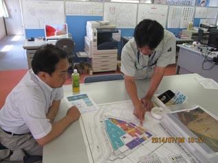 木嶋さんから現場の机上説明を受ける中山社長
