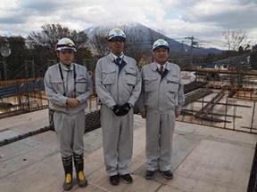 左から目黒さん、三品所長、中山社長