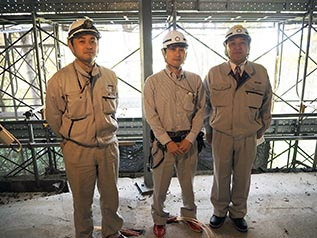左から右谷主任、田中係長、中山社長