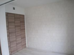 収納スペースと白いレンガ調の壁