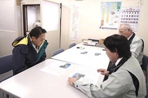 事務所内で岩田地崎建設の東藤所長と藤門さんより 説明を受ける中山社長