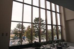 1Fエントランス 一面ガラス張りの明るい雰囲気です
