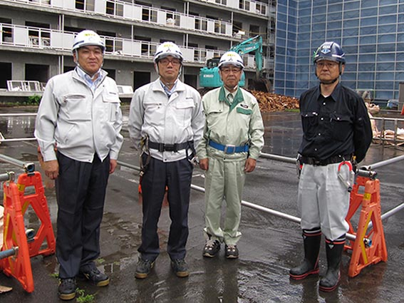 左から中山社長、佐藤課長、山崎さん(岩倉建設㈱)、中田さん(本間解体工業)