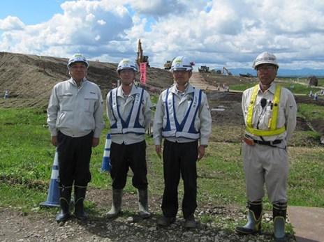 左から中山社長、丹波主任、田中課長、大東工業の朝風さん