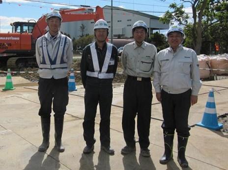 左から佐々木君、増友土木の増井社長、佐藤課長、中山社長