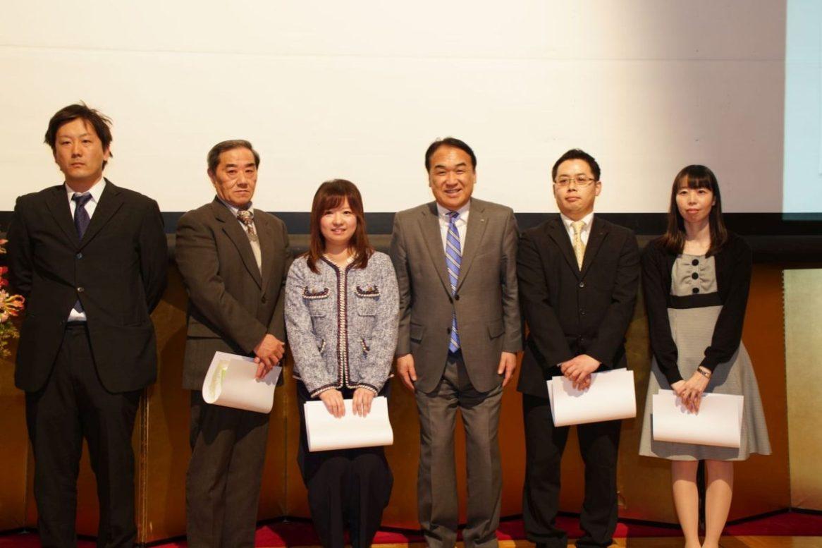 10年勤続表彰を受けられた皆さん(社長を囲んで左から木村主任、田中さん、小倉主任、香西主任、宮森主任)