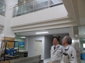 槇田さんから校舎内で説明を受ける中山社長
