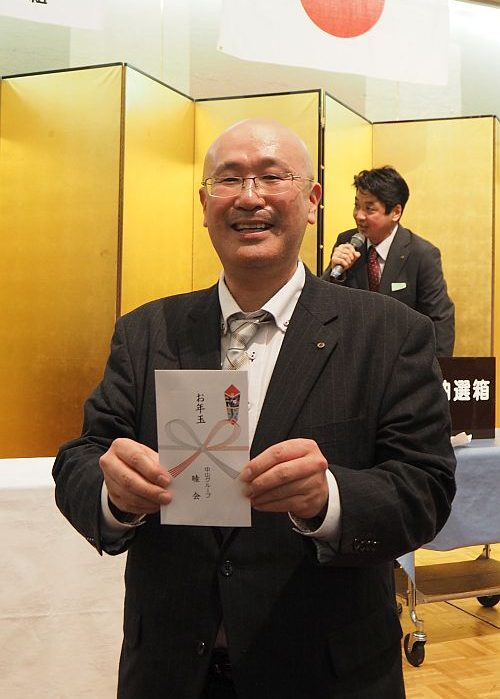 抽選会当選者の営業部柴田さん