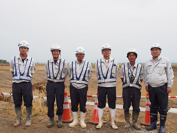 隣接工区の「雨竜停車場線工区ほ場」のお二人も一緒に撮影させていただきました。左から 平野さん、辻本さん、中村所長、廣木所長、前田さん、中山社長