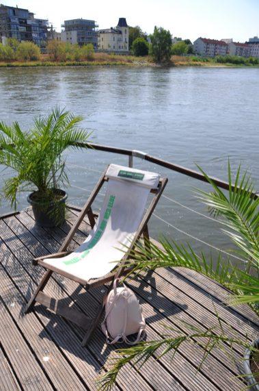 Liegestuhl und Palmen