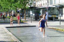 Kinder und Wasserspiele