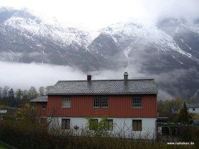 Haus vor hohen Bergen