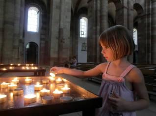 Eine Kerze anzünden