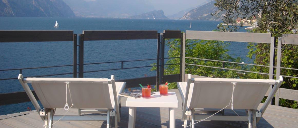 Liegestühle auf dem Balkon