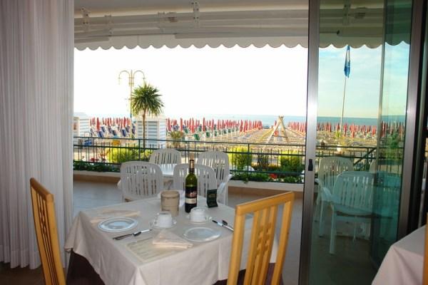 Speisesaal mit Aussicht auf den Strand