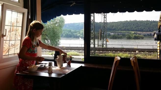 Frühstück mit Blick auf den Rhein