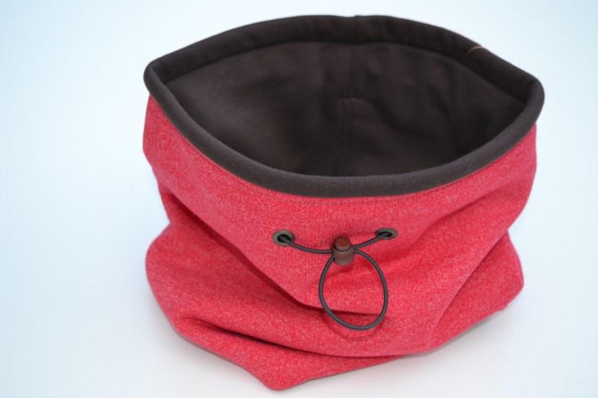 Raudona moteriška kaklo mova žiemai