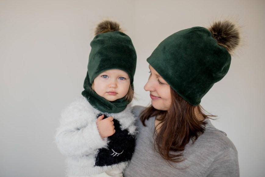 Šilta veliūrinė kepurė su bumbulu 'SMARAGDAS'