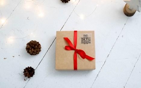 Kalėdinė rankų darbo dovana - vilnos pirštinės dėžutėje