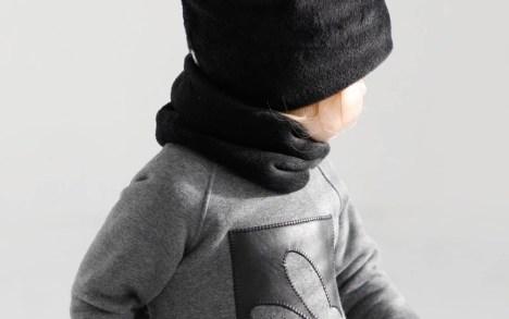 Juoda šilta žieminė kepurė su dirbtinio kailio bumbulu