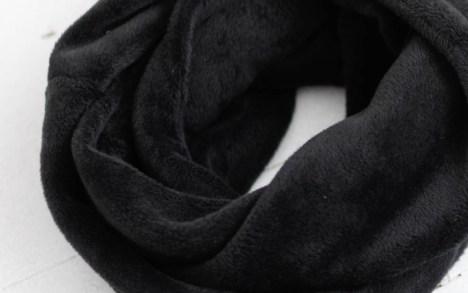 Juodas šiltas šalikas žiemai - pūkuotukas