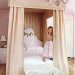 Romantiški mergaičių kambariai. Lova su baldakimu