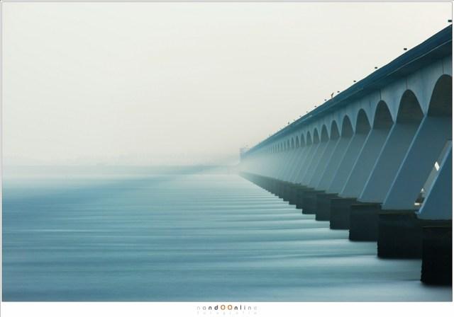 Gebruik van een hele lange sluitertijd bij de Zeelandbrug (400mm, ISO100, f/8, 240 seconden met Lee Big Stopper (10 stops ND))