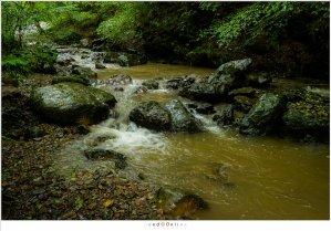 Regen brengt veel modder in de Ninglinspo waardoor het water een vies bruine kleur krijgt. (18mm - (auto)ISO12800 - f/8 - t=1/25sec)
