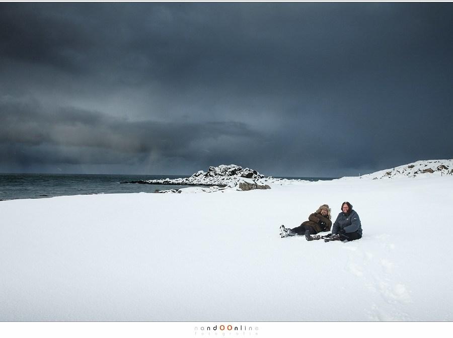 Samen in de sneeuw op de golfbaan van Gimsøy, Lofoten