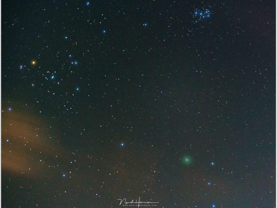 Komeet 46P/Wirtanen als een groenige vlek in het sterrenbeeld stier. (Sony A7R III + FE 2,8/70-200 @ 70mm | ISO12800 | f/2,8 | 2 sec)