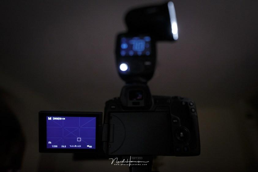 Ook het grote scherm heeft last van een donker beeld bij belichtingssimulatie, net als de liveview van spiegelreflex camera's. Nadelen van de elektronische zoeker