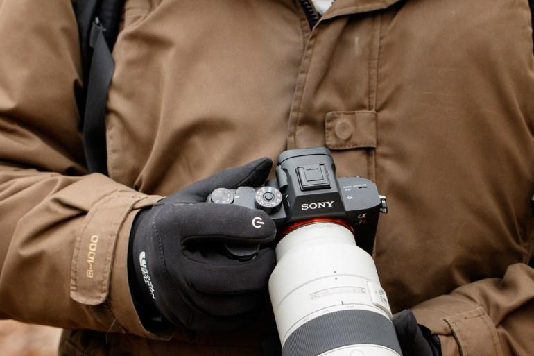 De Sony in de hand laat zien hoe klein deze is in mijn handen. Bedienen met handschoenen vind ik niet prettig.