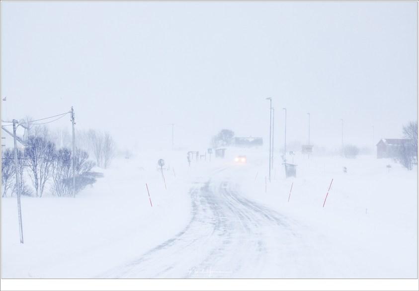 Winter op lofoten, de weg tijdens een sneeuwstorm