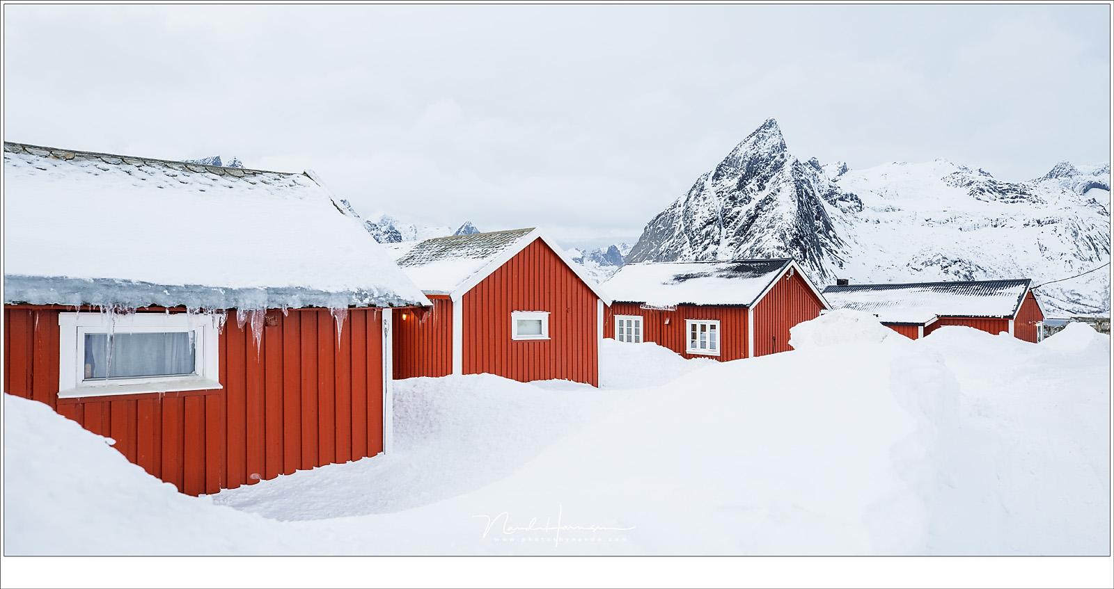 De rorbuer van Hamnøy met Olstinden op de achtergrond