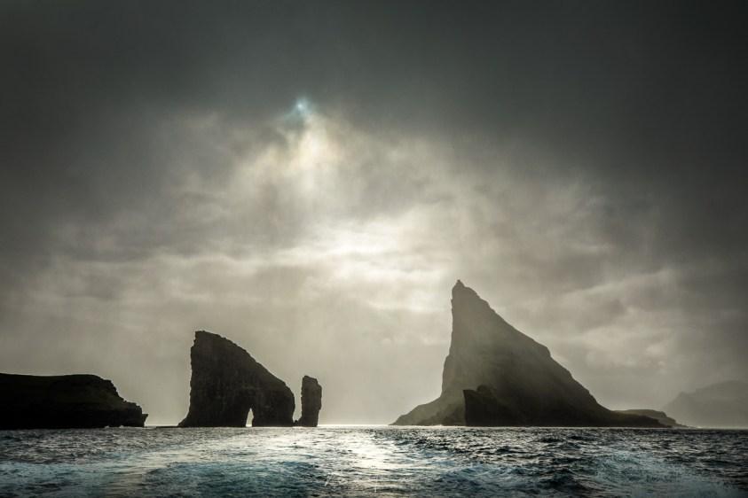Dranganir en Tindhólmur in het bijzondere licht van de Faeröer eilanden.