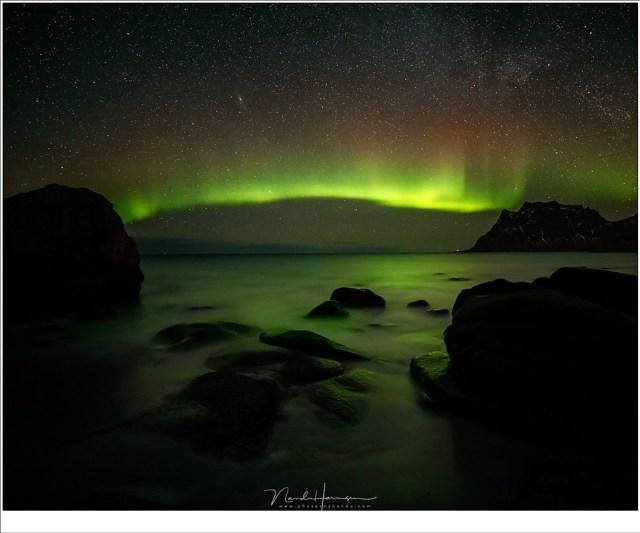 Nachtelijk zeezicht vanaf het strand van Uttakleiv. In dit soort omstandigheden werkt AF niet. (16mm - ISO6400 - f/2,8 - 15 sec)