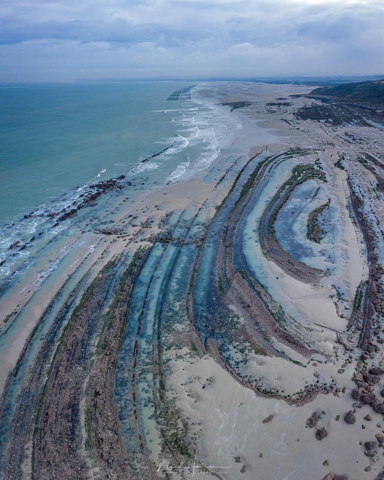 De geologische vormen op het strand van Cap Gris Nez waar poelen water tussen de rotsen achterblijven bij eb. Bij vloed staat dit volledig onder water.