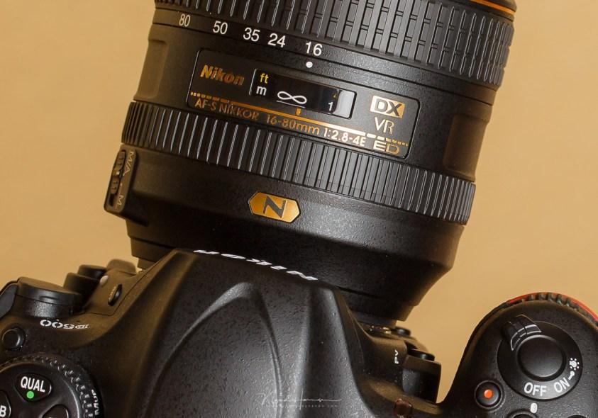 Dit Nikon zoomobjectief varieert de grootste diafragmaopening tussen f/2,8 en f/4