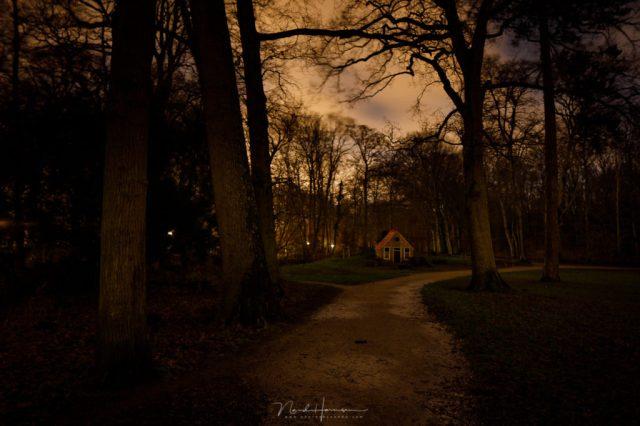 Inspiratie voor een avondfoto. Het kabouterhuisje in het donker valt niet meer op.