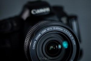 Het diafragma regelt de hoeveelheid licht die door de lens komt. Daarmee kun je de belichting dus wijzigen. Maar wat gebeurt er als we inzoomen? Verandert het diafragma dan ook, of blijft dit gelijk? En wat doet dit met de belichting? Ik geef in dit artikel een antwoord op deze vraag: verandert de diafragmaopening bij inzoomen?