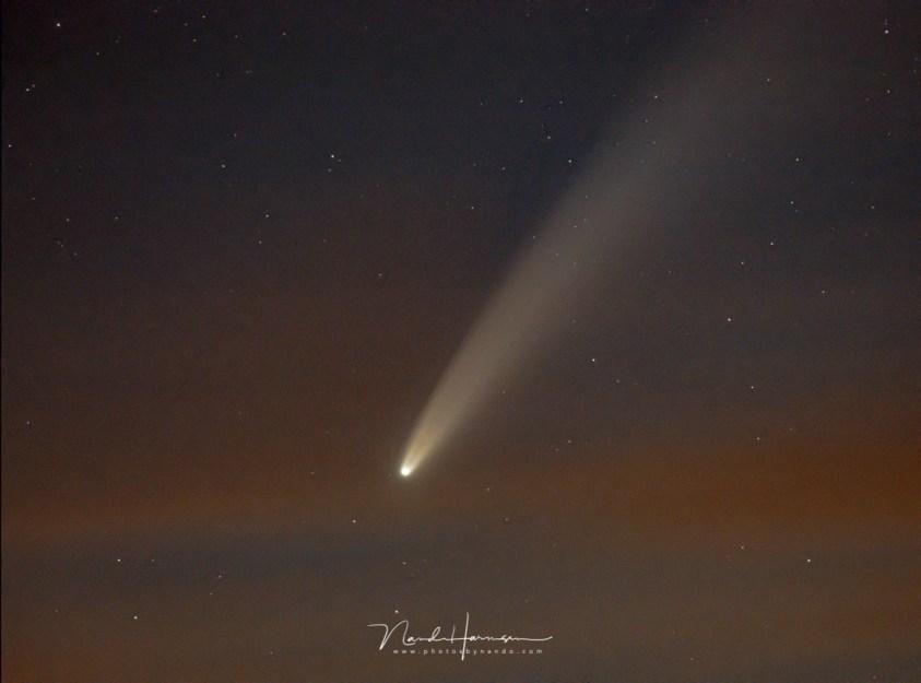 De komeet NEOWISE op de foto, met een flinke tele objectief