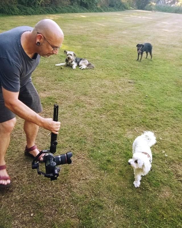 Nando tijden het filmen van de hondjes van Brouwhuis (foto gemaakt door Sylvia)