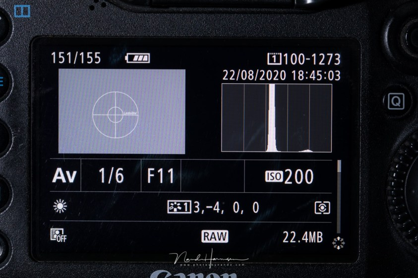 Een foto van een grijskaart laat het histogram in het midden zien. Maar omdat dit exact overeenkomt met 18% grijs, is dit een juiste belichting.