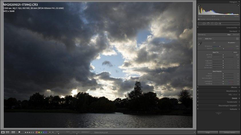 Belichting op de wolken betekent dat de voorgrond veel te donker wordt, het dynamisch bereik is veel te groot.