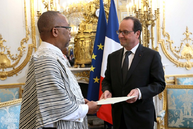 Amb. Allen (left) presents his letter of credence to French President Hollande