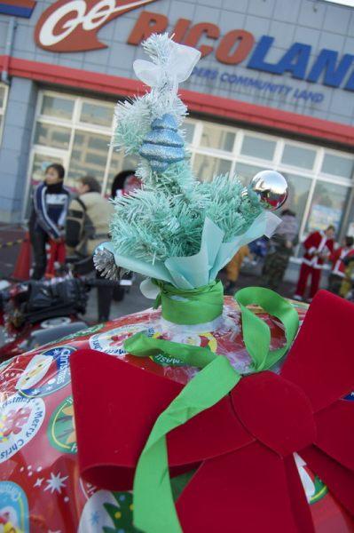 An Xmas Tree on a sports bike? It's a toy run!